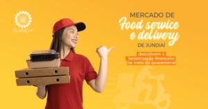 Entregadora de delivery segurando caixas.